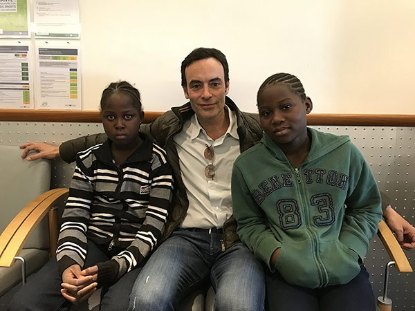 Anthony Delon et les jeunes patientes maliennes de La Chaîne de l'Espoir