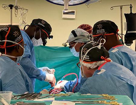 Les équipes médicales lors des opérations à coeur ouvert au Burkina Faso