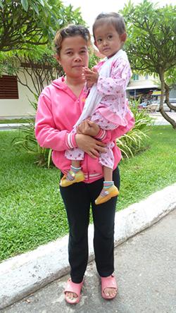 Chaya dans les bras de sa maman