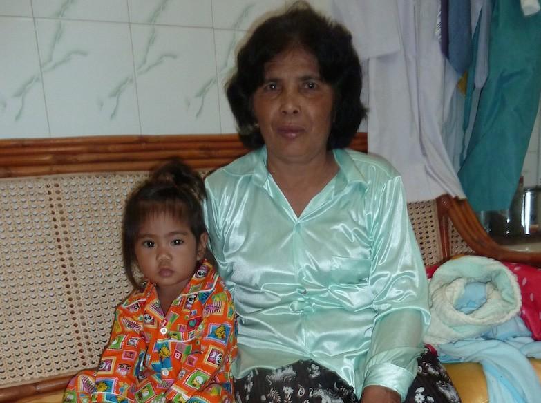 Chenda avec sa maman après son opération