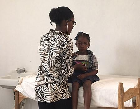 Une consultation pédiatrique réalisée en Haïti