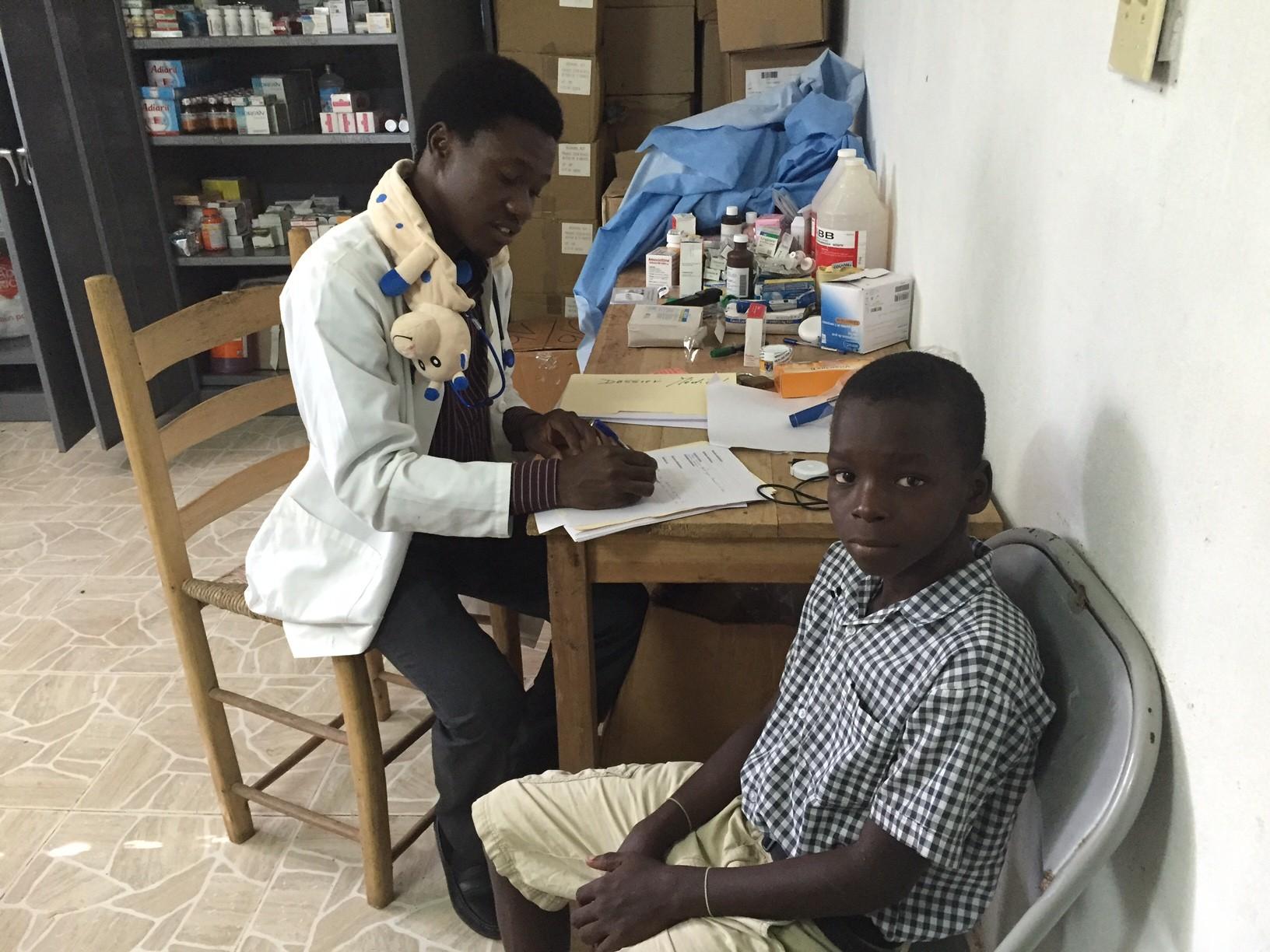 Consultation avec un petit patient haïtien