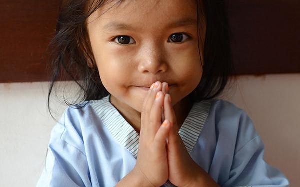 Un enfant soigné par La Chaîne de l'Espoir au Cambodge