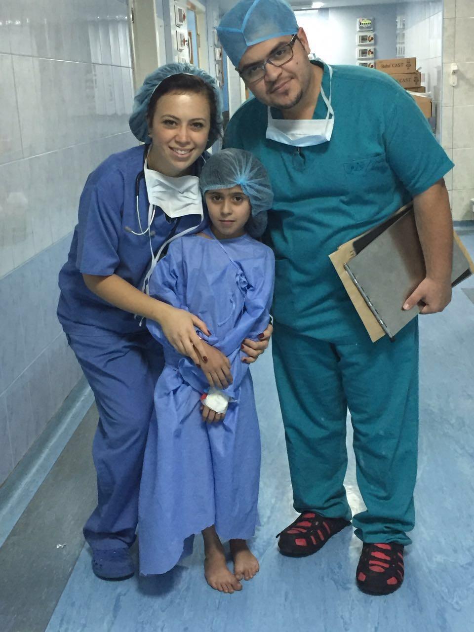 L'équipe médicale et une petite patiente