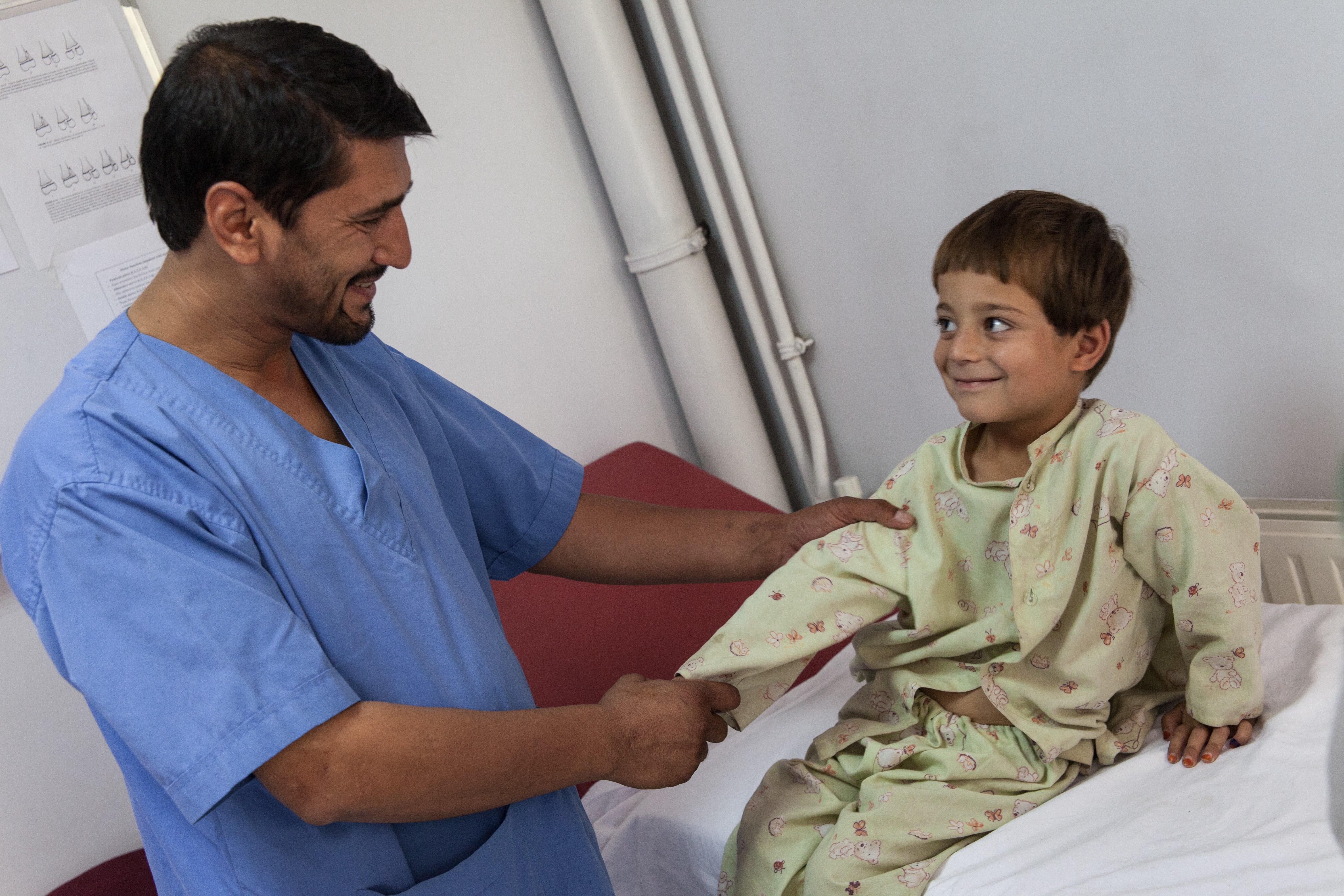 Un médecin et son petit patient à l'IMFE