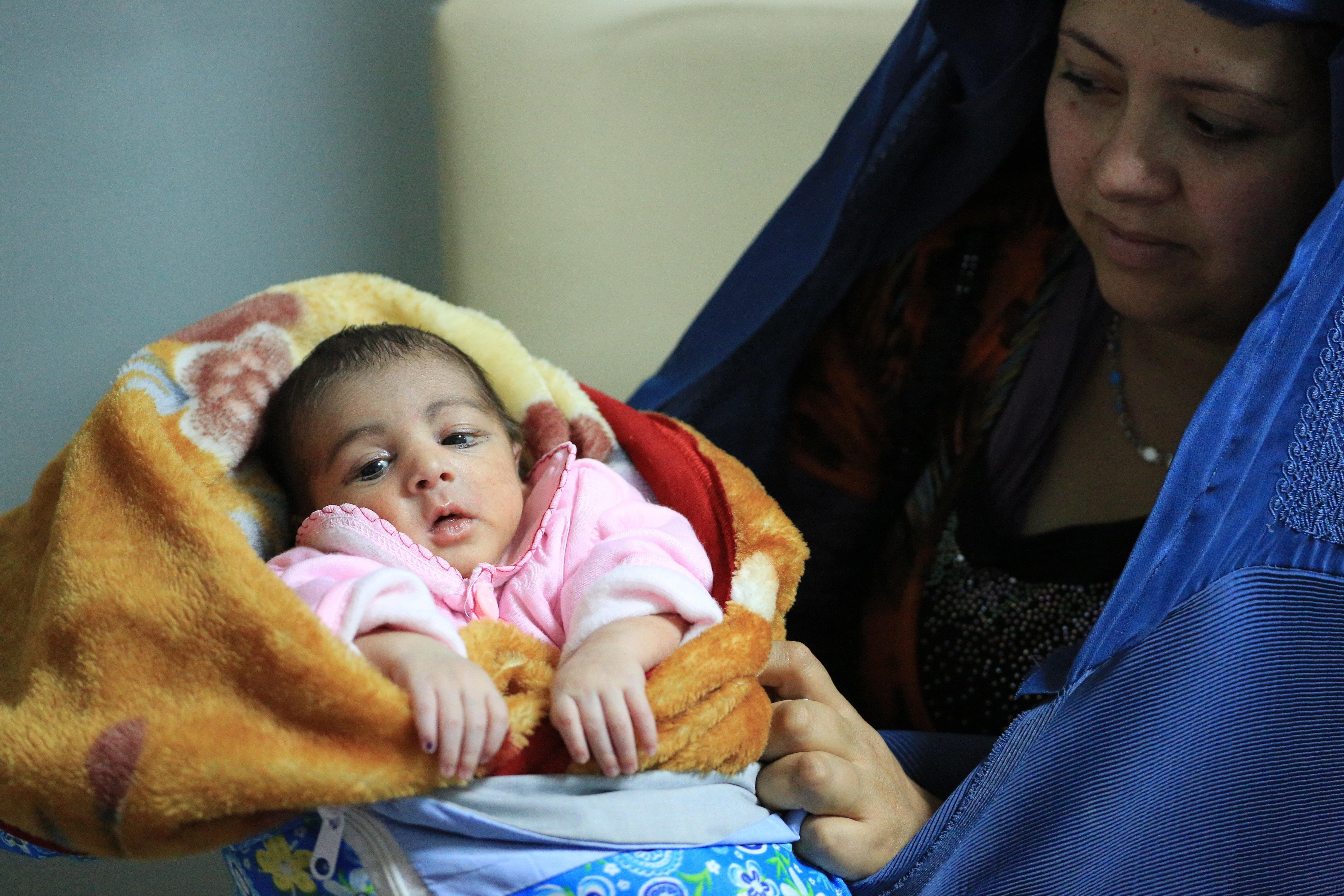 Une afghane et son enfant