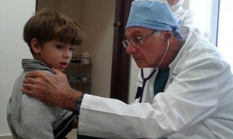 Le docteur sylvain chauvaud consulte un enfant cardiaque