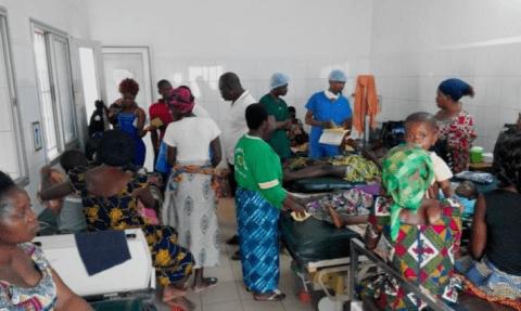 Salle de consultation d'une mission foraine de La Chaîne de l'Espoir au Togo