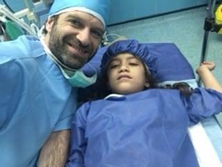 Benjamin Lasry, anesthésiste, en mission en Iran avec un enfant