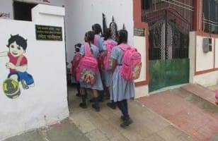 Les écoliers se préparent à entrer en classe
