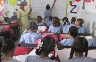 Salle de classe en Inde, enfants parrainées par La Chaîne de l'Espoir