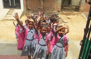 Un groupe d'écolières indiennes nous saluent