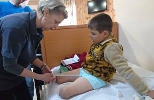 Dr Cazin examine un enfant amputé