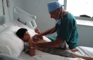Dr Chauvaud au chevet d'un enfant
