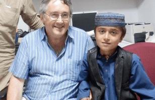 Gilles Grollier avec un petit patient à Kaboul