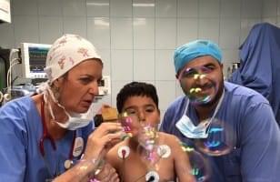 Anesthésistes faisant des bulles pour un enfant