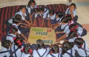 Ecolières indiennes assises en cercle La Chaîne de l'Espoir